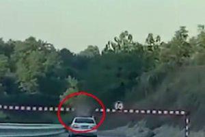 Clip: Đứng tim cảnh tượng bé trai 13 tuổi tử vong vì ngồi ở cửa trời ô tô