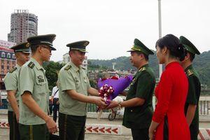 Giao lưu công tác chính trị giữa Đồn Biên phòng cửa khẩu quốc tế Lào Cai và Trạm Kiểm soát Biên phòng Hà Khẩu