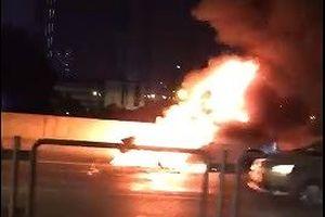 Xế hộp Mazda 3 cháy trơ khung trên đường vành đai 3 trên cao