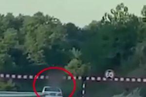 Thiếu niên 13 tuổi chết thảm vì thò đầu qua cửa sổ trời ôtô