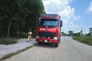 Thừa Thiên Huế: Xe máy va chạm xe tải 'Hùng Đạt', 2 người nguy kịch