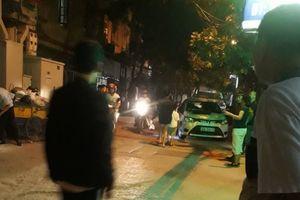 Cãi vã sau va chạm giao thông, tài xế Mazda CX5 bất ngờ rút súng cao su bắn rồi đánh xe chèn qua người lái xe taxi