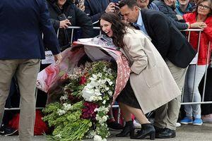 Công nương Meghan được fan tặng bó hoa khổng lồ, hai người ôm không xuể