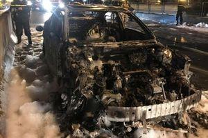 Clip: Mazda3 bốc cháy ngùn ngụt trên đường vành đai 3