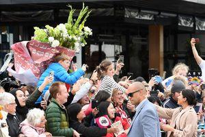 Công nương Meghan Markle được tặng bó hoa khổng lồ ở New Zealand