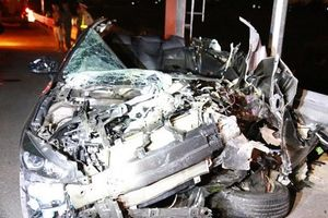 Mazda nát bươm sau va chạm với xe tải, 5 người thương vong