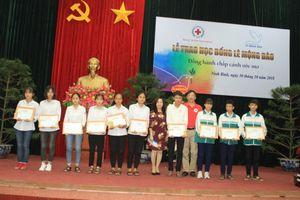 Ninh Bình: Tặng học bổng tiếp sức cho học sinh đến trường