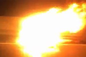 Ô tô Mazda 3 cháy trơ khung trên đường vành đai 3 trên cao