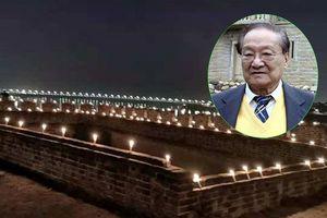 Chuyện showbiz: Người dân thắp nến ở thành Tương Dương nhớ Kim Dung