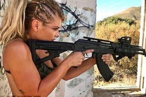 Cựu nữ thủy quân lục chiến Mỹ khoe thân hình bốc lửa cùng súng bộ binh