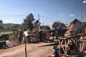 Sập cầu tạm ở Đắk Nông, xe tải rơi xuống suối