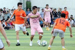 Cầu thủ chuyên nghiệp 'làm nóng' giải phong trào ở Sài Gòn