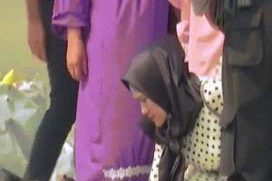 Máy bay Indonesia chở 189 người rơi: Xót xa cảnh tìm vật dụng người thân
