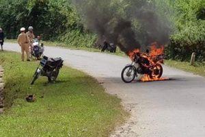 Bị cảnh sát dừng xe, người đàn ông châm lửa đốt xe máy rồi bỏ đi