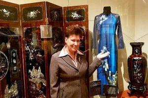 Áo dài Minh Hạnh thành hiện vật trưng bày ở bảo tàng phương Đông Nga