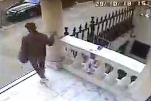 Thanh niên trộm chiếc áo tưởng niệm chủ tịch Leicester City trước đại sứ quán Thái Lan tại Anh