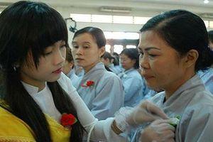 Tục 'bông hồng cài áo'- nét đẹp văn hóa Việt
