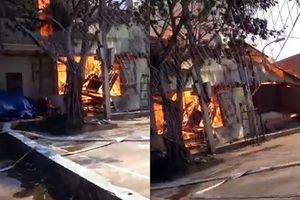 Xưởng gỗ bốc cháy ngùn ngụt làm 1 người bị thương