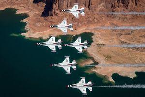 Màn trình diễn ấn tượng của phi đội máy bay 'Chim sấm sét' của không quân Mỹ