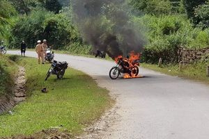 Châm lửa đốt xe cháy rừng rực trước mặt CSGT rồi bỏ đi
