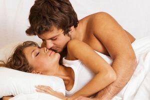 Đây chính là lý do tại sao 'úp thìa' là tư thế 'yêu' tuyệt vời nhất cho các cặp đôi