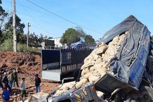 Xe tải mất lái, tông sập cầu tạm rồi lao xuống suối