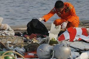 Tìm thấy hộp đen chiếc máy bay rơi xuống biển Indonesia