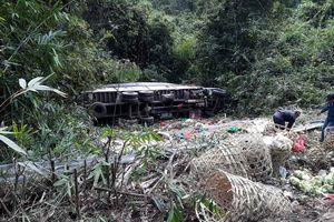 Xe tải đang đỗ trôi tuột xuống vách núi, người phụ nữ chết kẹt trong cabin