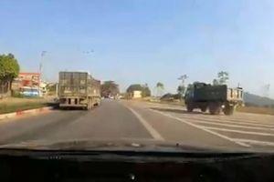 Ôtô bị tông mạnh vì đánh lái, tránh xe tải quẹo ẩu
