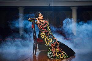 Hoa hậu Jolie Nguyễn lạ lẫm với áo dài cổ điển