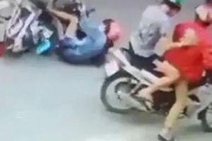 Clip: Một phụ nữ bị 'người lạ' đạp ngã vào ô tô khi đang đi trên phố