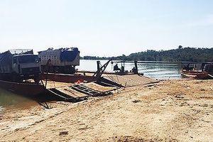 Kon Tum: Bắt 3 xe tải chở 40m3 gỗ lậu ngay trên phà