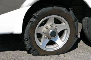 Nổ lốp ô tô trên cao tốc, xử lý thế nào?