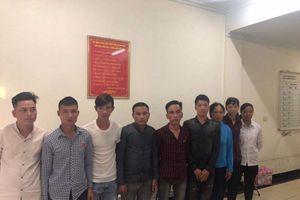 Ép khách du lịch đánh giày, mua bánh rán, 9 người bị bắt