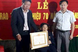 Cao Bằng: Trao huy hiệu 70 năm tuổi Đảng cho Đảng viên lão thành huyện Trùng Khánh