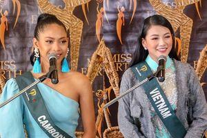 Việt Nam và Campuchia cùng chung thông điệp tại Miss Earth, fan lại hồi ức về cuộc khẩu chiến tại MGI 2018