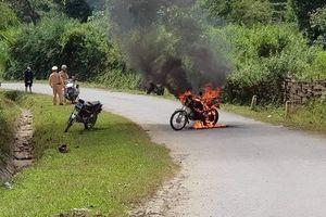CLIP: Người đàn ông 'nổi điên' đốt xe trước mặt CSGT rồi bỏ đi
