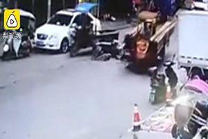 Trung Quốc: Xe 3 bánh chở ống thép tông ngã xe máy điện, hai người tử vong