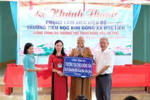 Bình Phước: Thượng tọa Thích Đồng Tấn trao tặng phòng làm việc mới cho giáo viên trường TH Kim Đồng