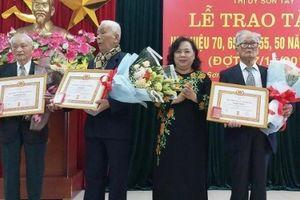 Lãnh đạo TP Hà Nội trao Huy hiệu Đảng đợt 7/11 cho các đảng viên lão thành