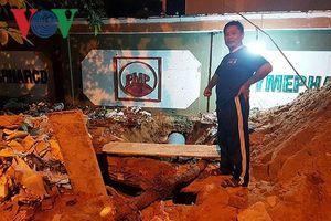Người dân bức xúc ngăn cản công ty dược lắp ống thoát nước