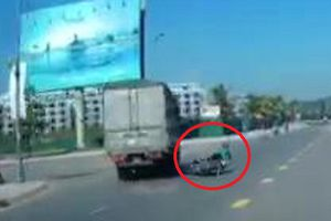 Clip: Xe tải đánh lái tránh phụ nữ sang đường như phim hành động