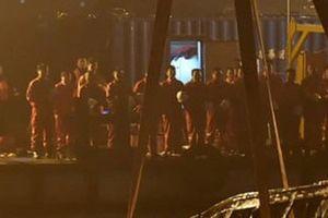 Xe buýt rơi xuống sông Trường Giang vì hành khách đánh tài xế