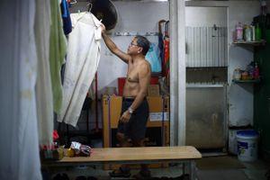 Rác thải nhựa đe dọa những người già đi bơi ở bến cảng Hong Kong