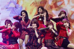 Nhóm nhạc 12 hot girl chào sân Kpop với thành tích ấn tượng