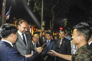 Thủ tướng Pháp tham quan phố đi bộ Hồ Gươm