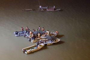 Ôtô 4 chỗ lao từ cầu Chương Dương xuống sông Hồng mất tích