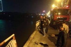 Xe ô-tô mất lái lao xuống sông Hồng