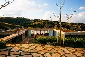 Nhà chữ U với vườn trên mái và bể bơi đẹp quên sầu