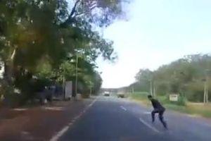 Người đàn ông bất ngờ lao ra trước đầu ô tô, tài xế thót tim